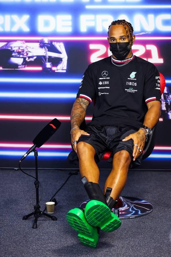 Hamilton bom botas pretaa