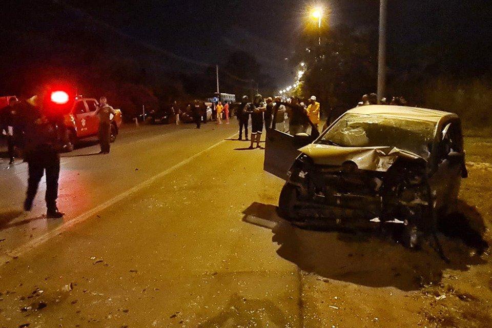 Carro envolvido em colisão frontal na DF-280; motorista teve corte no abdômen