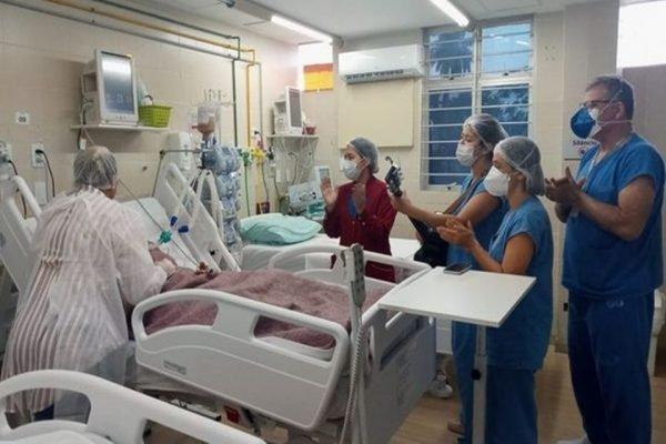 Jovem acorda um dia antes do aniversário após ser internada com Covid-19 na Paraíba