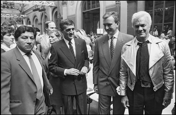 Francois Leotard, Bernard Arnault e Tony Curtis em desfile da Dior Men
