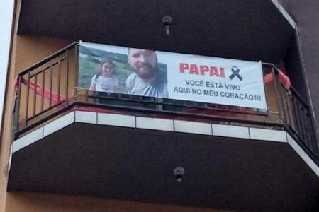 Filha faz faixa em homenagem ao pai em Santa Catarina