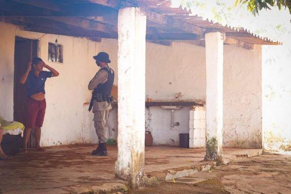 Caso Lázaro polícia confere casa invadida durante a madrugada