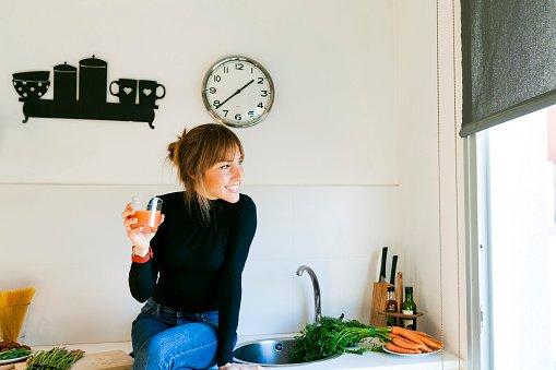 Mulher bebendo suco detox
