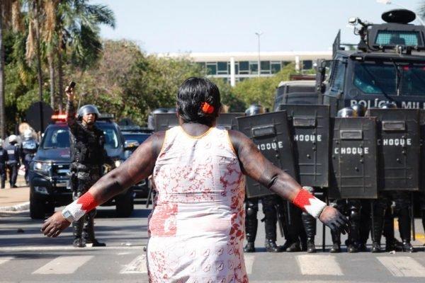 Indígenas manifestam na Esplanada