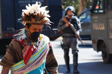 Confronto entre indígenas e PMs deixa policial ferido com flecha
