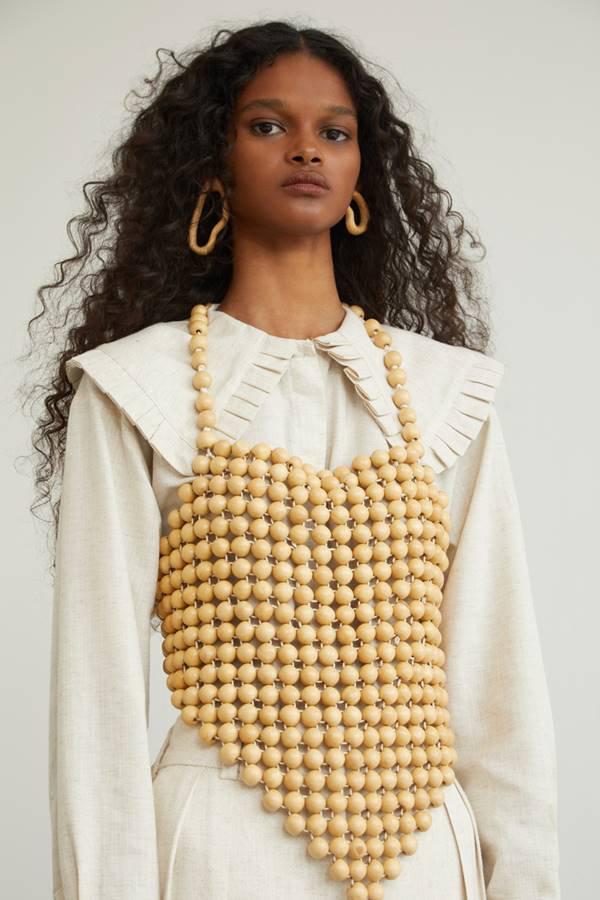 Modelo com peças da nova coleção da Aluf