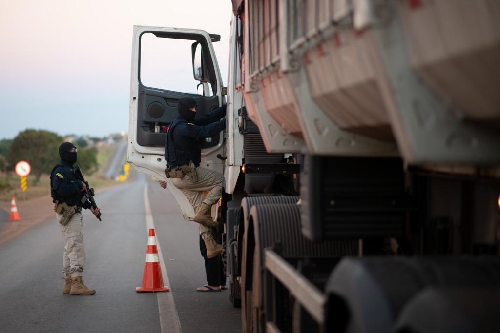 Décimo sexto dia de operação para prender Lázaro Barbosa. PRF faz vistoria nos veículos na BR 070 para impedir uma possível fuga do Lázaro Barbosa.