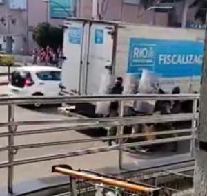 Guarda Municipal durante confusão com camelôs no Rio de Janeiro