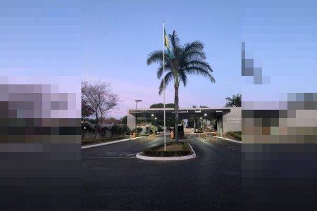 Bandeira do Brasil divide condomínio no DF onde moram general e ex-deputado