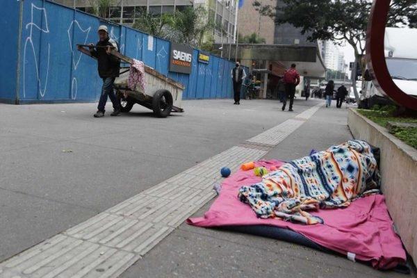 Pedestres se protegem do frio e da chuva, na Avenida Paulista, região central de São Paulo, nesta terça-feira (29-6) (5)