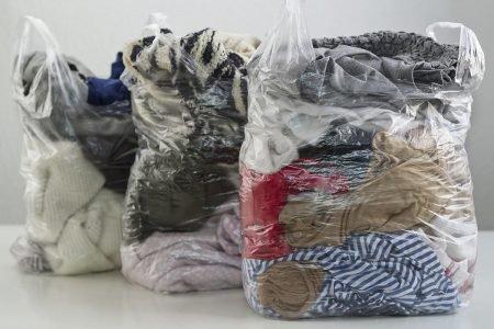 Roupas em sacola plástica