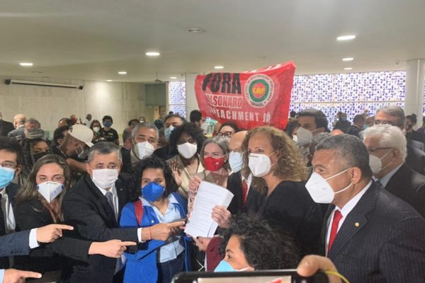 """Entrega na Câmara do """"superpedido"""" de impeachment contra Bolsonaro"""