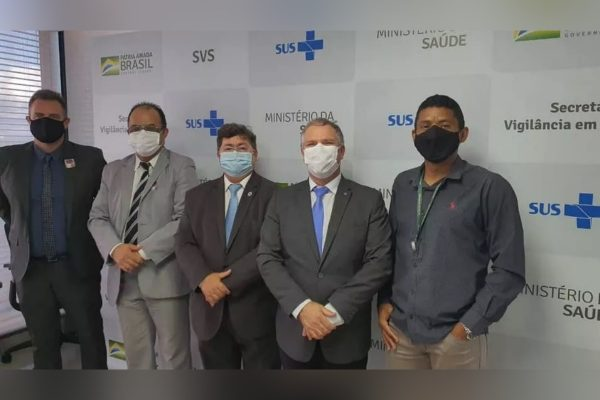 Na foto pastor, Amilton Gomes, da Senah, esteve no Ministério da Saúde junto a Dominguetti (o primeiro da foto à esquerda), o diretor do Departamento de Imunização e Doenças Transmissíveis, Lauricio Monteiro Cruz (ao meio) e major da Força Aérea Hardaleson Araújo de Oliveira (segundo à direita)
