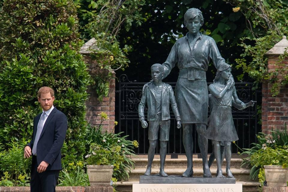 Príncipe Harry e estátua da princesa Diana