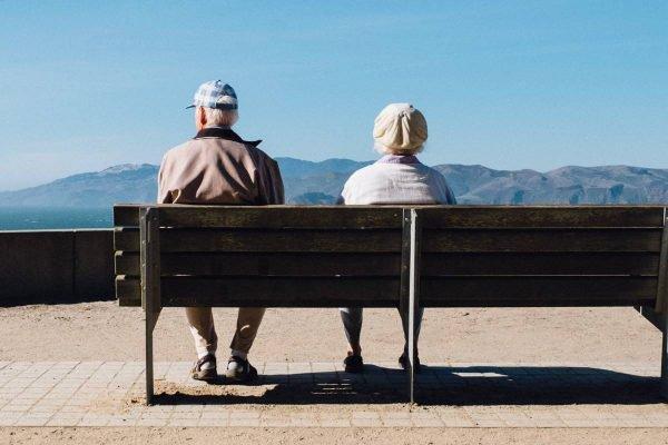 idosos sentados em banco - Matthew Bennett