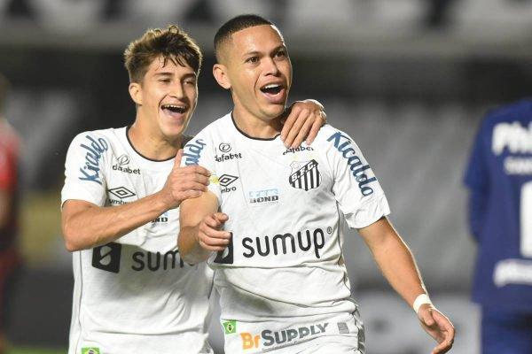 Marcos Guilherme comemora gol contra o Santos