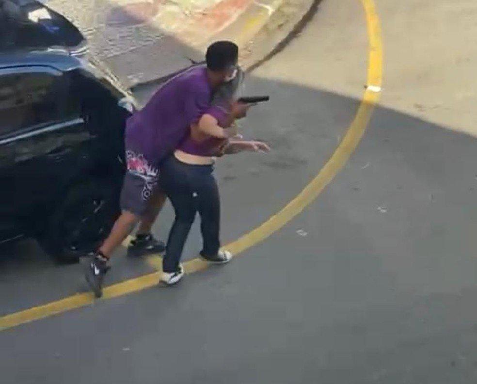 Vídeo: bandido faz funcionária refém, mas acaba morto pela polícia