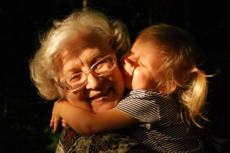 Avó abraçando neta