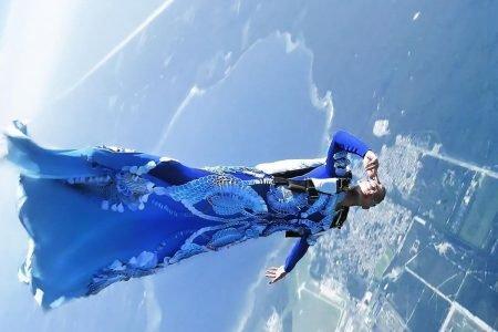 Paraquedista no ar com look de alta-costura by Iris van Herpen