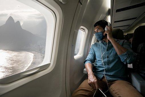 homem em avião de máscara
