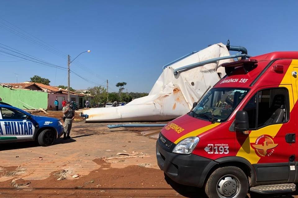caixa d'água gigante desaba em goiás e deixa ferido grave