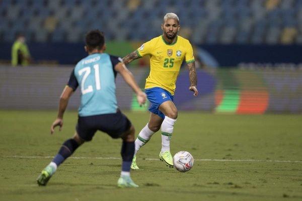 Douglas Luiz com a camisa 25