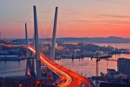ponte no por do sol em cidade da rússia