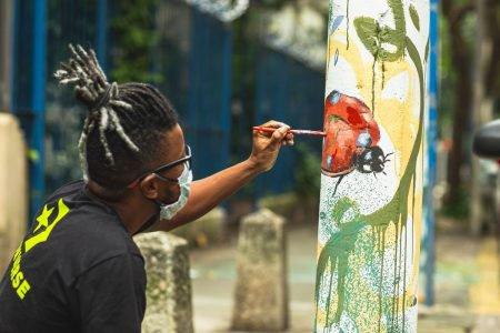 Pintura de poste no projeto Converse City Forests
