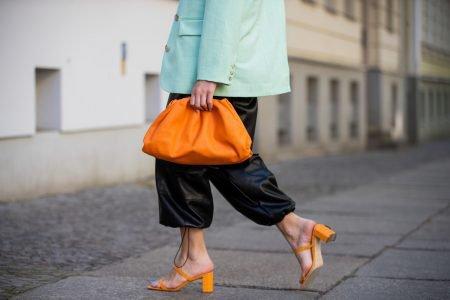 Modelo com salto laranja