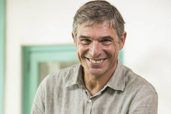 Chef Olivier Anquier de camisa social sorrindo