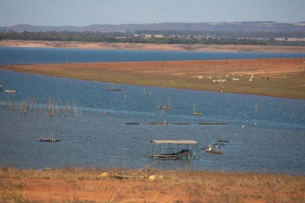 crise hídrica e energética, reservatório da usina hidrelétrica de itumbiara enfrenta redução do nível da água, em razão da seca e da estiagem