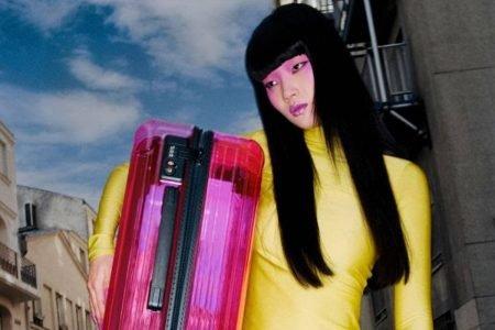 Campanha das malas Essential Neon Pink, da Rimowa