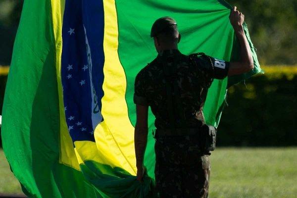 Hasteamento da bandeira _ dia de aniversario do golpe militar - Militar do exercito