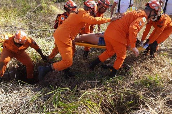 Mulher é resgatada após cair em buraco e ligar pedindo socorro no DF