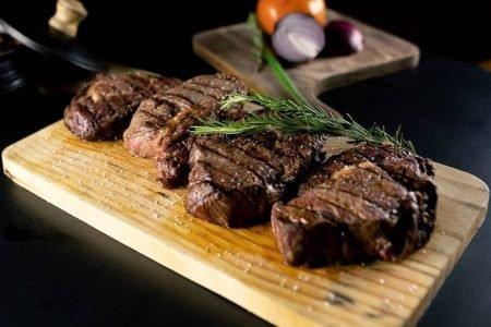 carnes sobre tabua de madeira