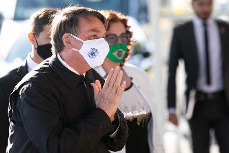 presidente Jair Bolsonaro, ao lado de Carla Zambelli, falam com apoiadores na saída do palácio da Alvorada
