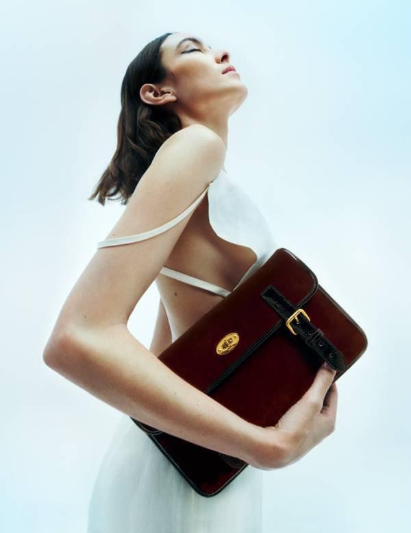 Alexa Chung com bolsa da coleção
