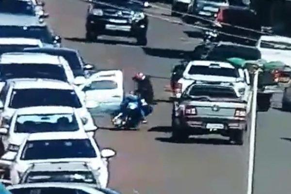 goias motociclista atingido porta de carro