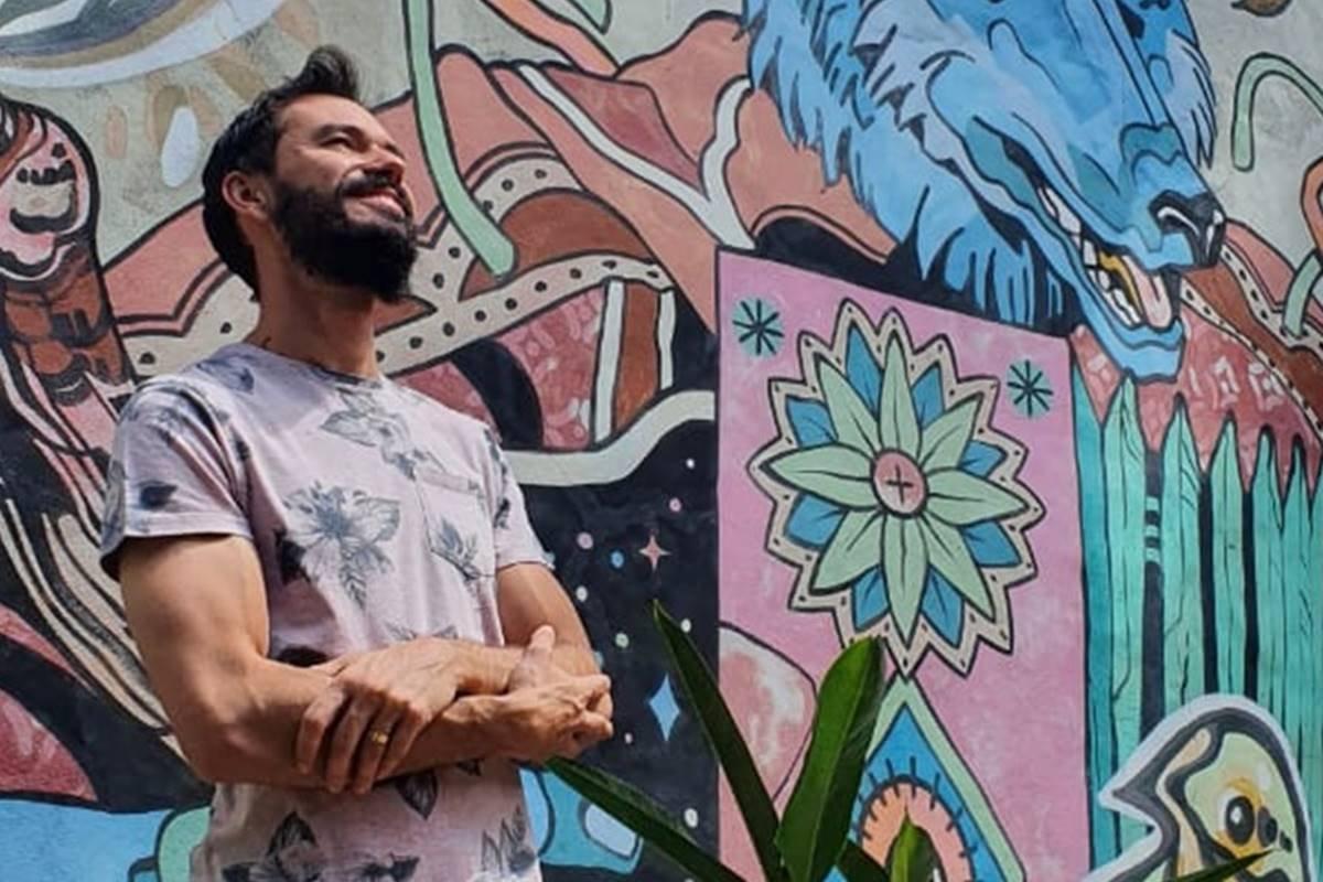 Chef Lui Veronese em frente a parede com desenhos coloridos