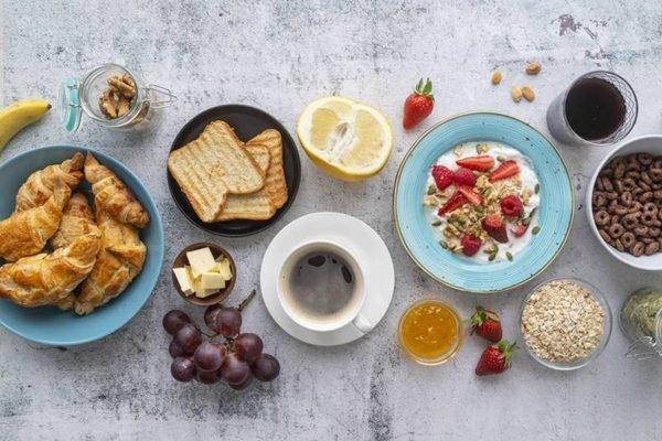 Mesa com vários pratos de café da manhã