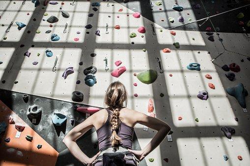 atleta olhando muro de escalada