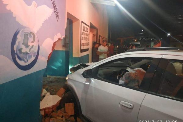 goias carro invade igreja e deixa feridos