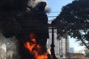 Estátua Borba Gato em chamas