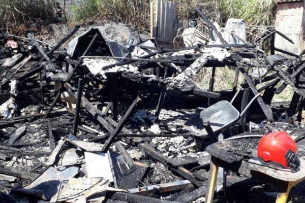 Incêndio em casa de madeira
