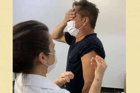 Cantor Leonardo sendo vacinado