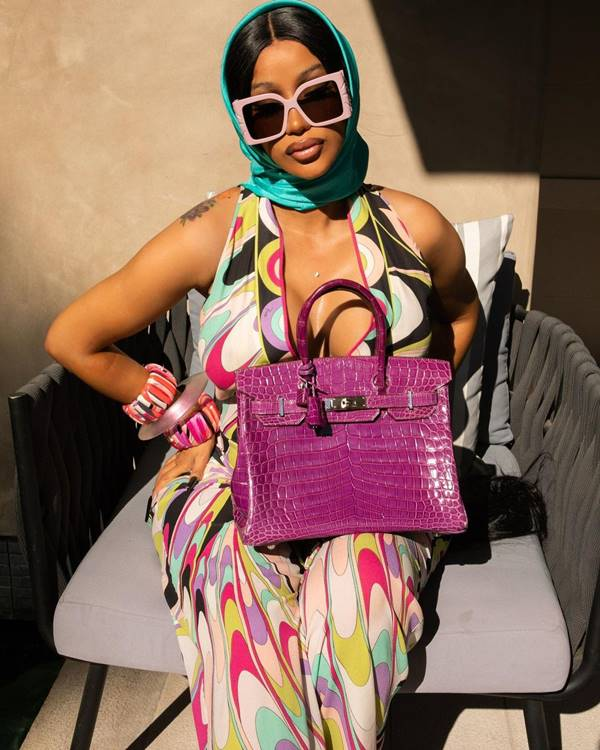 Cardi B com uma bolsa Birkin, da Hermès