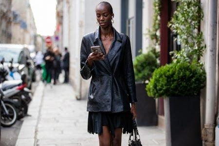 Jaqueta de couro preta no street style de Paris