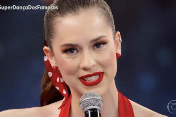 Sophia Abrahão no Super Dança dos Famosos vestida de vermelho