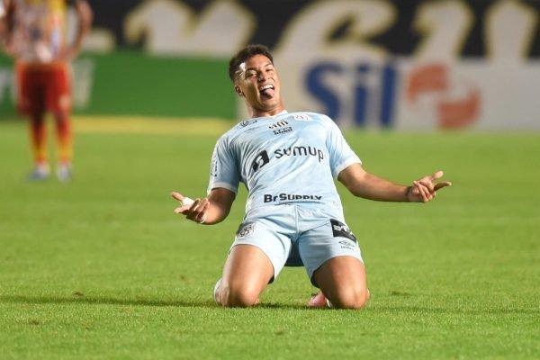 Marcos Leonardo comemora o terceiro gol