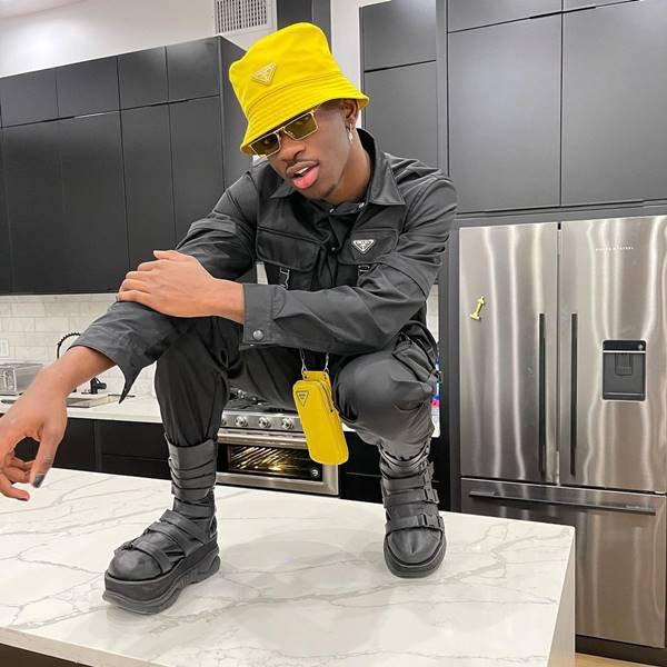 Lil Nas X usando bucket hat